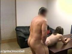 Русская девушка проходит порнокастинг, на котором её ебут во все щели