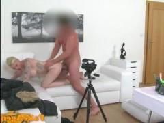 Видео: грудастая блондинка на порнокастинге дает во все дырки