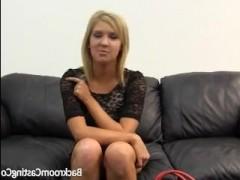 Порно видео: первый раз на кастинге блондиночка пытается трахаться в попку