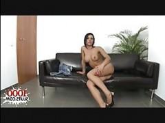 Съемка секса кастинга с горячей брюнеткой на диване