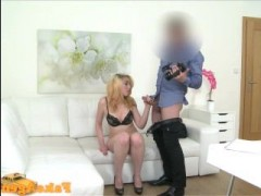 Молоденькая блондинка сосет член на порно кастинге