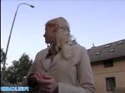 Молоденькая блондинка трахается с мужиком в машине